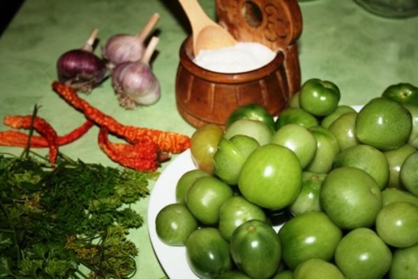 Зеленые помидоры с перцем