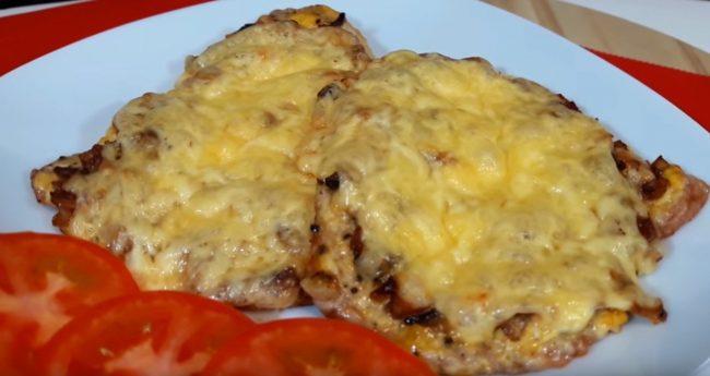 Рецепт сочного запеченного мяса с грибами и сыром
